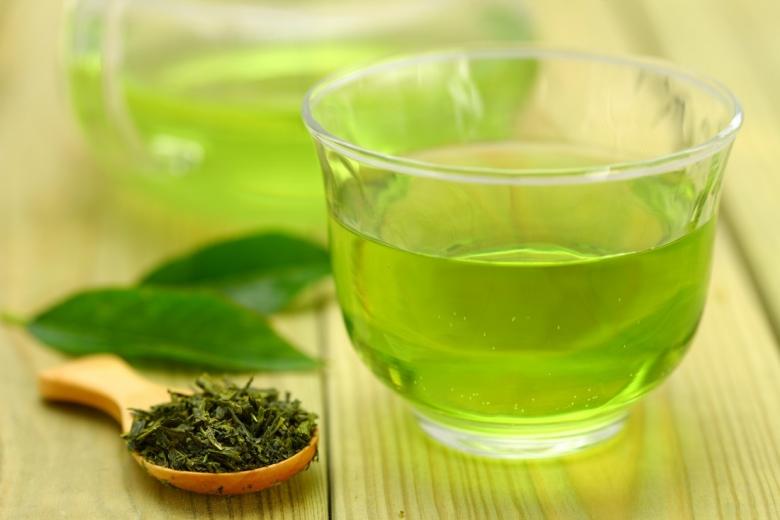 Zeleni čaj sadrži teobromin i kofein koji oslobađaju zarobljene masti u celulitu